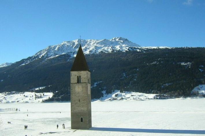 Curon im Winter: Der Kirchturm im zugefrorenen See