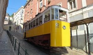 Kabelbahn in den engen Gassen Lissabons