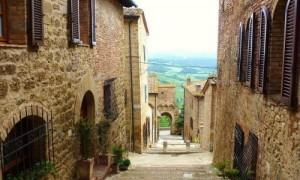 Enge Gasse in einem toskanischen Dorf